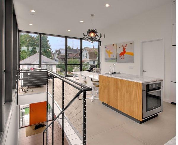Бюджетный дом - кухня на втором этаже совмещенная с гостиной