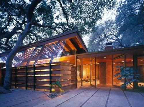 Уютный дом по проекту John Lautner