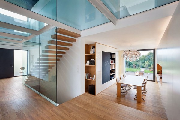 Дом с большими окнами - столовая