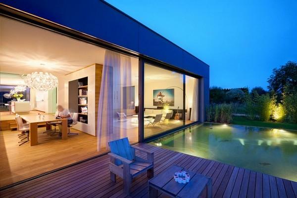 Дом с большими окнами вечером