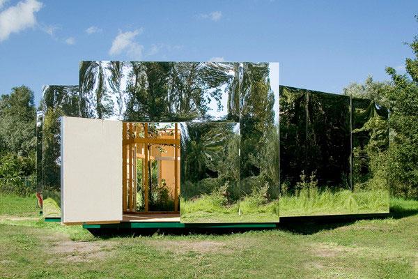 Домик на природе с зеркальным дизайном