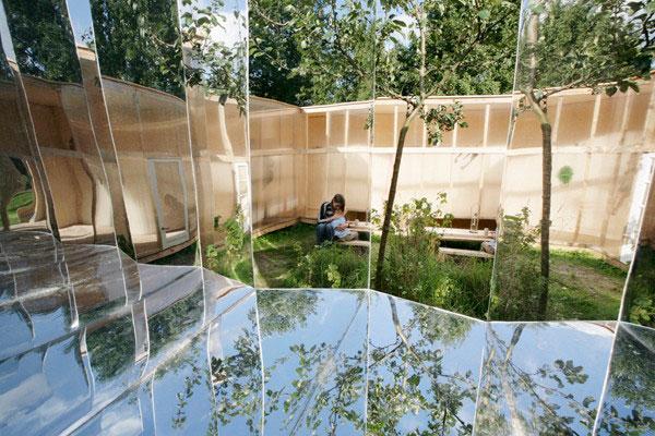 Домик на природе с зеркальным дизайном фото 2