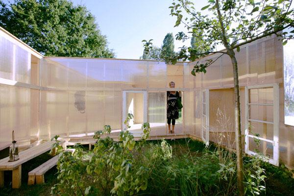 частный домик на природе с зеркальным дизайном