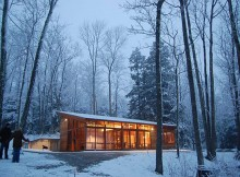 Скромный лесной дом по проекту Mariann (9)