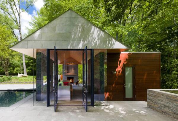 загородный дом со стеклянными стенами и органическим интерьером