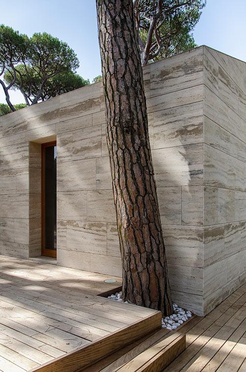 свой дом с фасадом из травертина