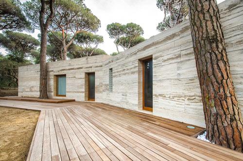 загородный дом с фасадом из травертина