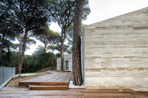 частный дом с фасадом из травертина фото 1