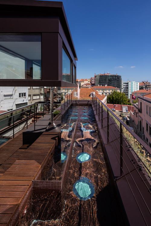 бассейн в домес зеленой «шубой» по проекту Rebelo de Andrade