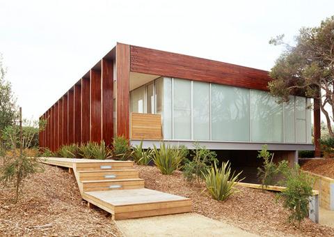 загородный дом из вторичной древесины по проекту Robert Watson