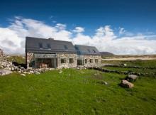 Ультрамодные каменные дома Connemara Cottages (9)