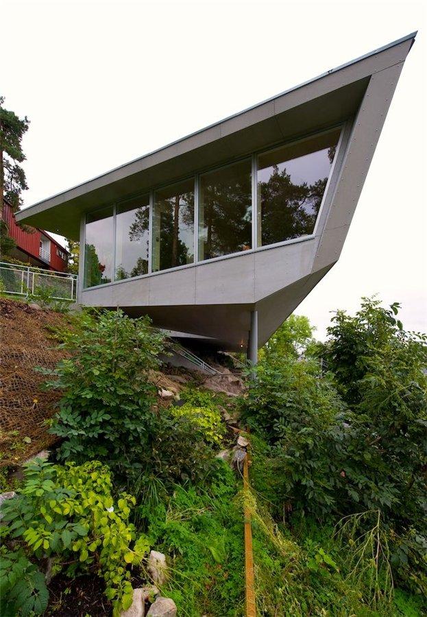Дом на краю холма