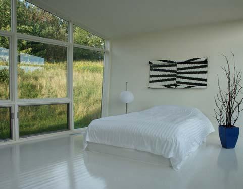 спальня в коттедже в современном городском стиле по проекту Дэвида Джей Вайнера