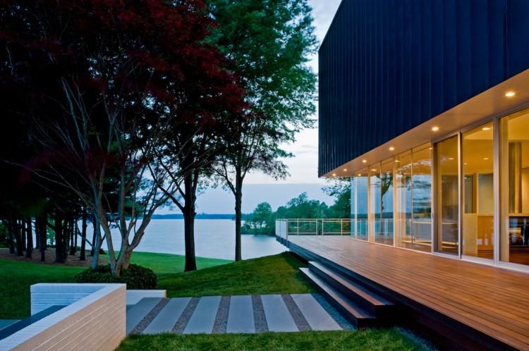 Светлый дом у воды