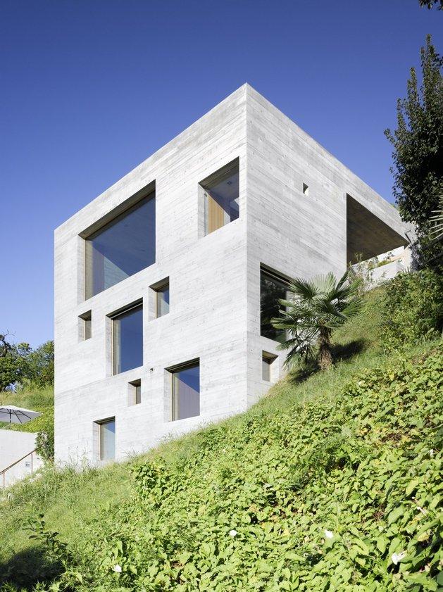 Экстерьер бетонного дома с террасой