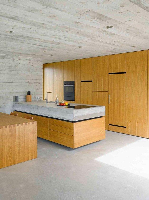 кухня бетонного дома с террасой