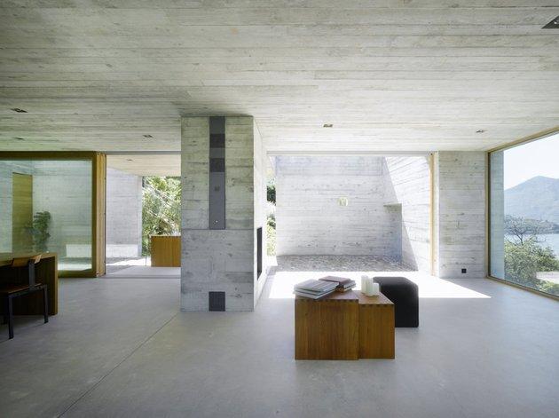 бетонный дом с террасой гостиная