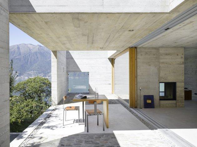 закрытая терраса бетонного дома