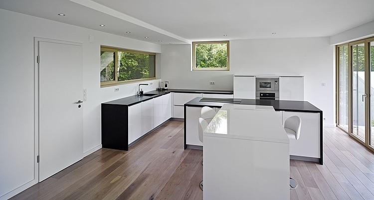 кухня в загородном доме на сложном рельефе
