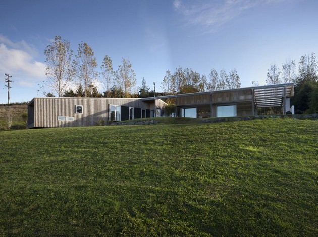 фото фасада загородного дома обшитого планкеном