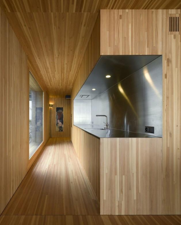 кухня трехэтажного бетонного коттеджа