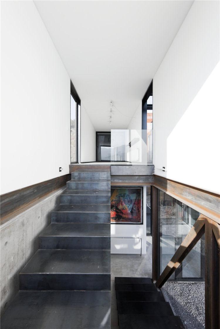 дом из металла фото металлической лестницы