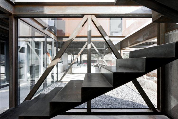 дом из металла фото лестницы на второй этаж