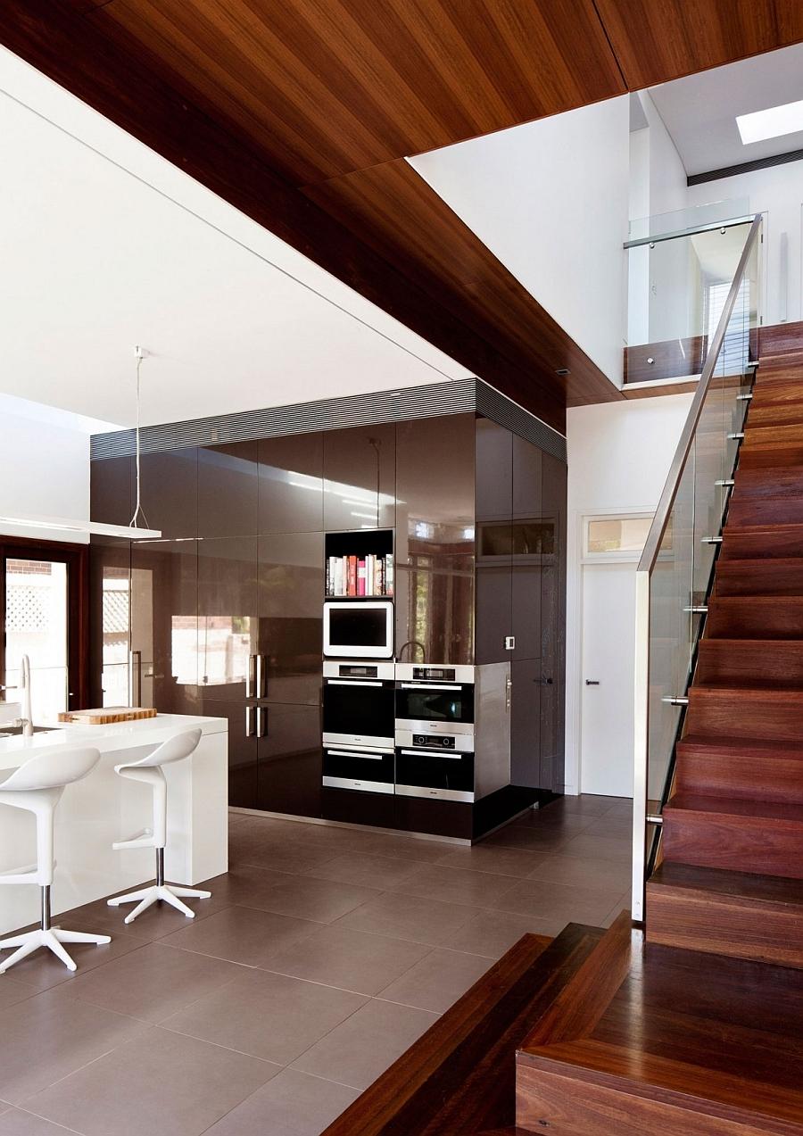 Красивая современная кухня с лакированной отделкой