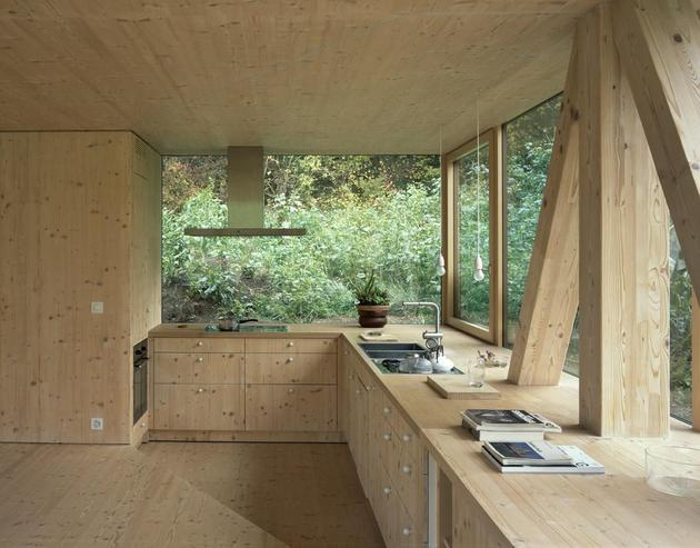 Интерьер кухни деревянного дома с круглым окном