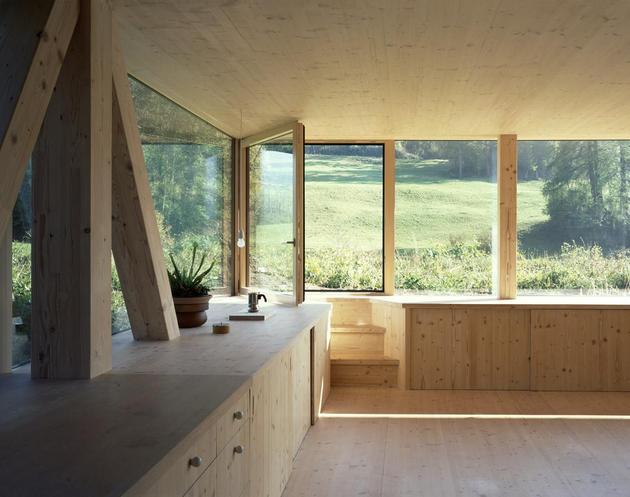 Интерьер деревянного дома с круглым окном