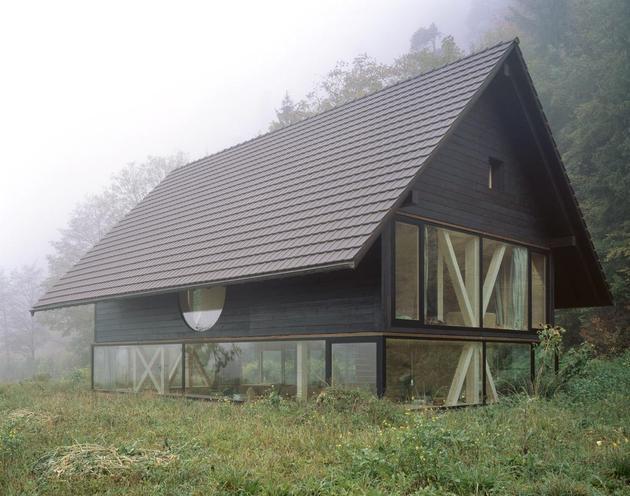 окна  деревянного дома с круглым окном