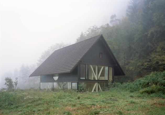 Еще фото фасада деревянного дома с круглым окном
