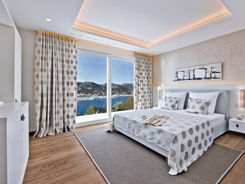 Спальня в испанской вилле с видом на море