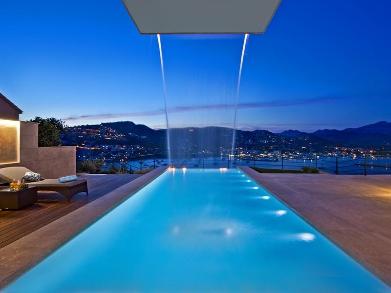 Испанская вилла: бассейн с водопадом