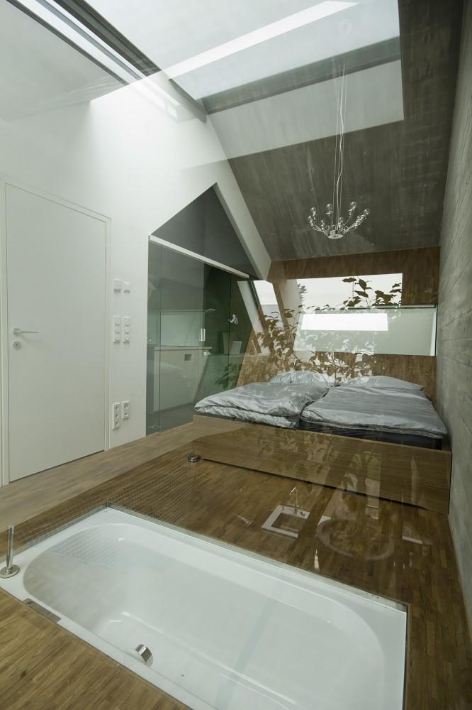 Дом на узком участке - спальня с ванной