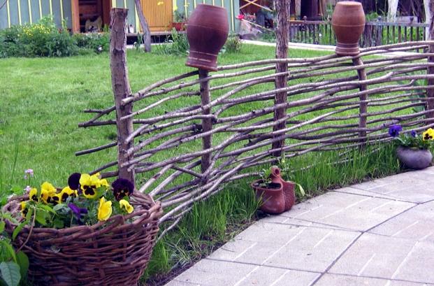 Плетень своими руками: технология сооружения плетеной изгороди, а также идеи по ее декорированию - Свой дом мечты