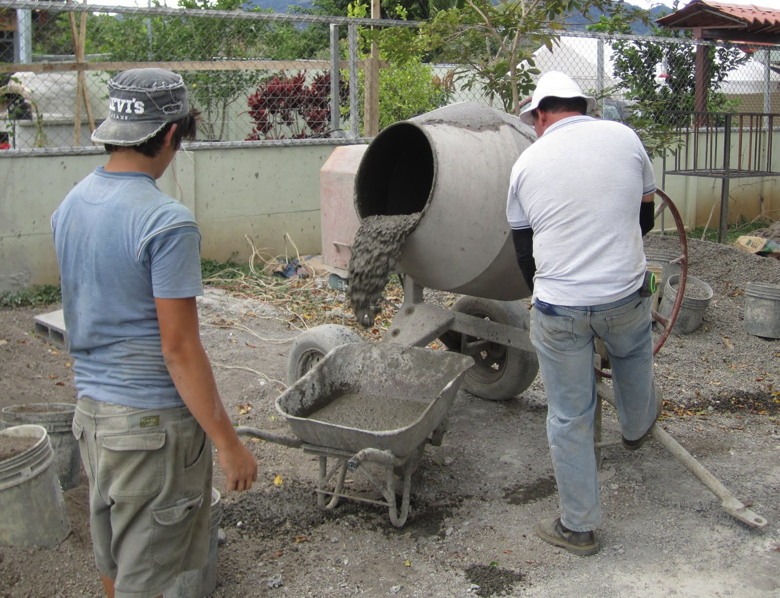 Как сделать раствор из цемента и песка для фундамента в бетономешалке