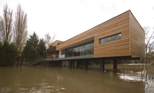 современный Дом у реки