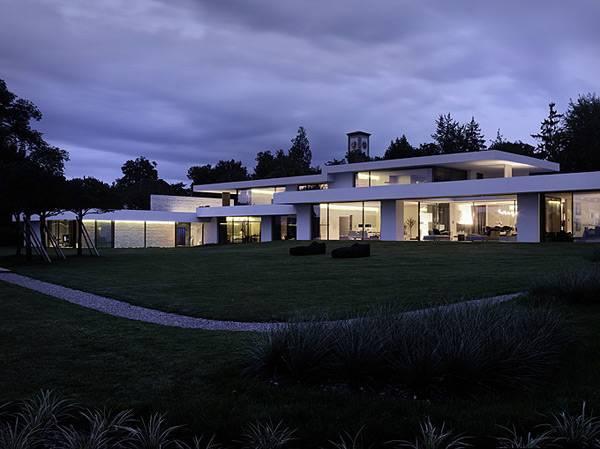Дом прибрежного дизайна «Luxury Glass и Stone Home»