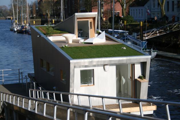 Плавучий дом на воде