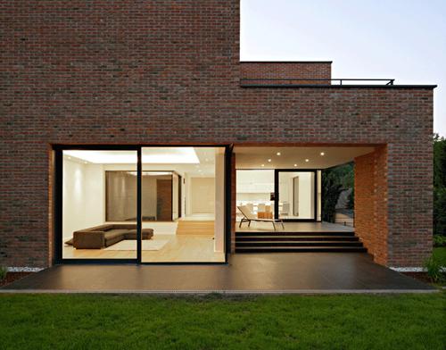 загородный кирпичный  дом по проекту DVA Arhitekta