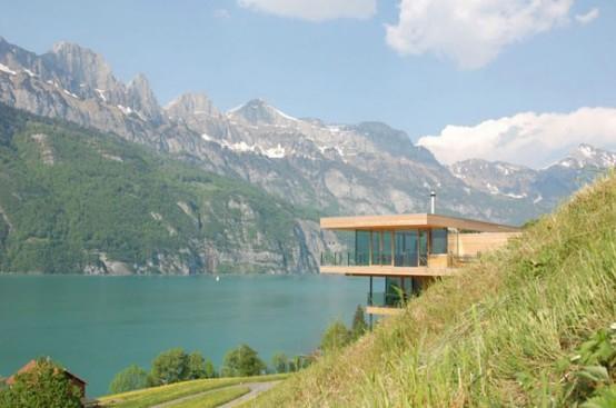 Современный деревянный дом на берегу озера