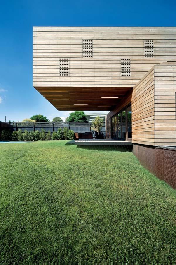 Необычный деревянный жилой дом Casa Troyana
