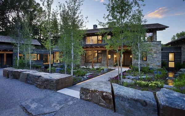 Живописный дом из дерева и камня, символизирующий безмятежную жизнь