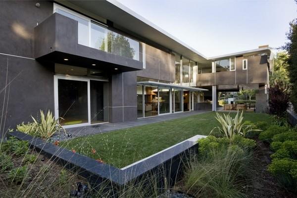 загородный надежный дом в Лос-Анджелесе с оригинальными архитектурными деталями