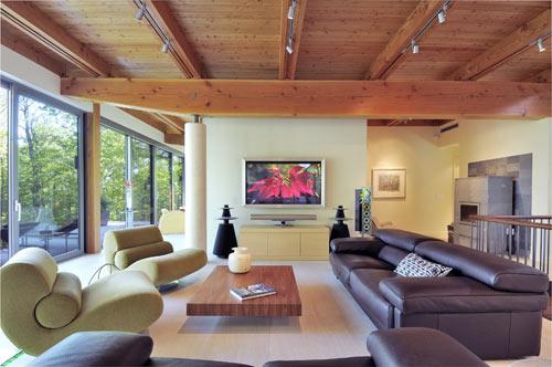большой дом - гостиная комната с панорамными окнами