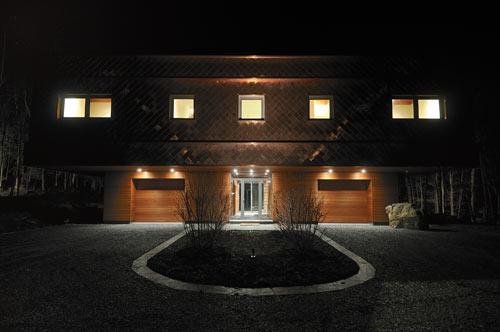 Фасад большого дома при вечернем освещении