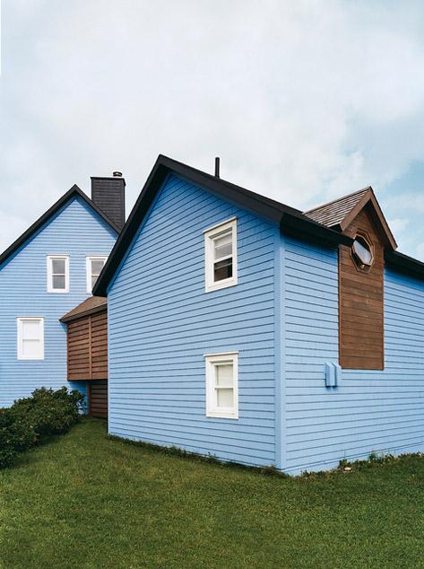 частный дом из двух частей с деревянной галереей