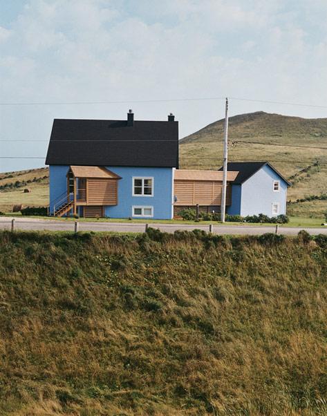 загородный дом из двух частей с деревянной галереей