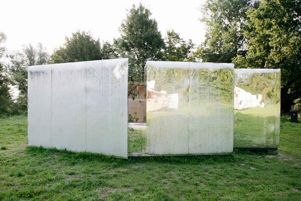 сборный домик на природе с зеркальным дизайном